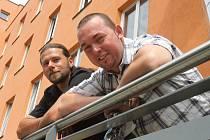 Lidský život zachránili v úterý 8. května Jiří Malík (vpravo) a Rudolf Kocar z Hosína. Poskytli první pomoc šestačtyřicetiletému pilotovi letadla Zlín 526, který se po havárii zřítil do rybníka pár stovek metrů od obce.