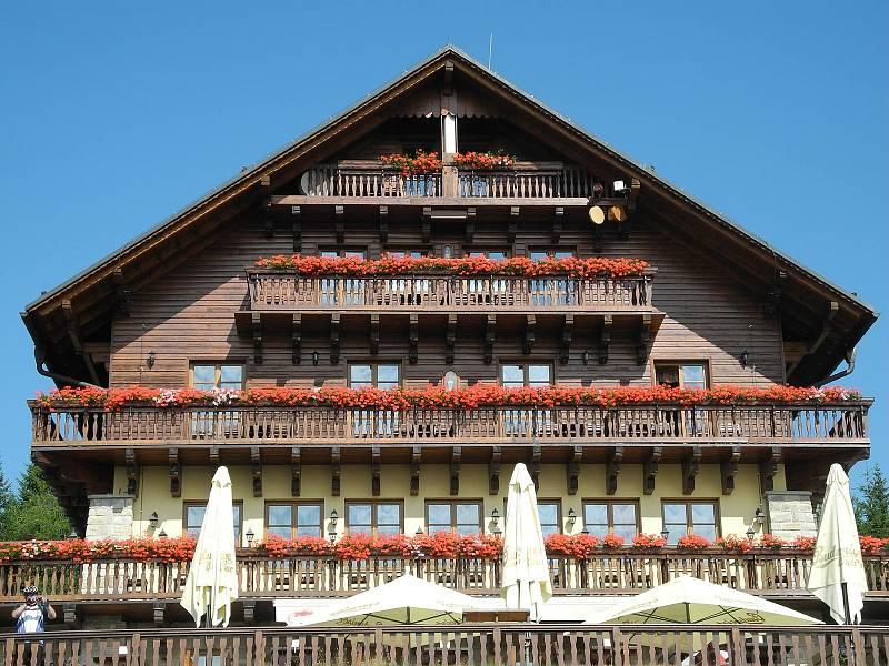 Hotel Alpská vyhlídka na pomezí hranic se těší na své německé sousedy, zatím jim v příchodu brání zákazová značka.