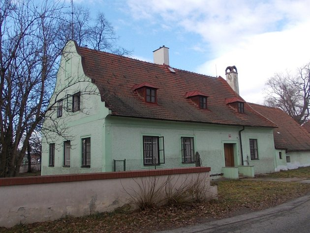 Rodný dům českého průmyslníka, loďmistra a stavitele Vojtěcha Lanny, stojí vedle bývalé loděnice.