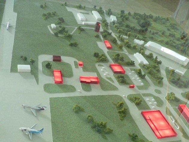 VELKÁ LETADLA UŽ V ROCE 2009. Model ukazuje rozmístění obslužných a technických budov. Odbavovací hala pro cestující vznikne přestavbou současných skladů (na snímku zcela vpravo uprostřed).