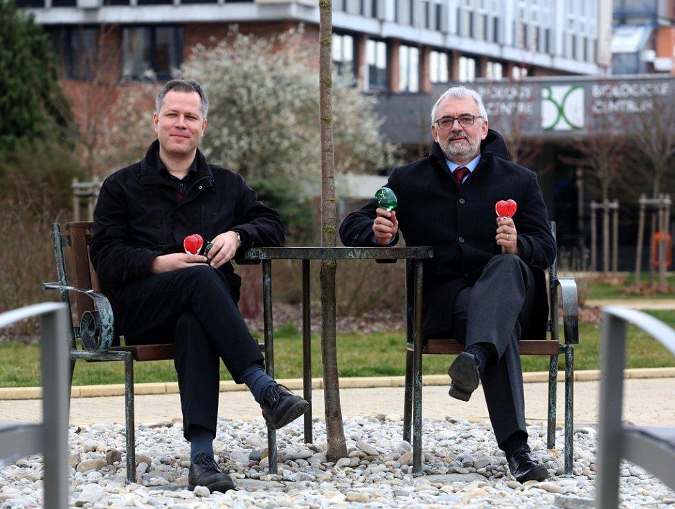 Libor Grubhoffer ve středu vyklízel poslední věci z rektorské pracovny. Brzy ji předá novému šéfovi Jihočeské univerzity Tomáši Machulovi (vlevo).