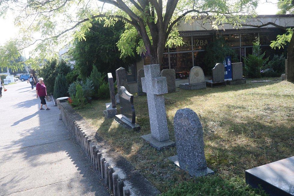 Nárok na pohřebné ve výši 5000 korun náleží osobě, která vypravila pohřeb nezaopatřenému dítěti nebo rodiči nezaopatřeného dítěte. Pohřebné vyplácí Úřad práce v místě bydliště žadatele.