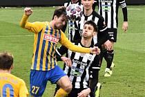 Před týdnem Dynamo doma nečekaně prohrálo s Opavou 0:1 (na snímku opavský Matěj Helešic bojuje o míč s Lukášem Havlem, v pozadí Novák, Králík a Čavoš), uspěje v sobotu s Bohemkou?