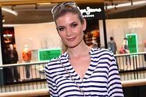 Své oblečení do charitativní dražby věnovala také Miss Iveta Lutovská-Vítová.