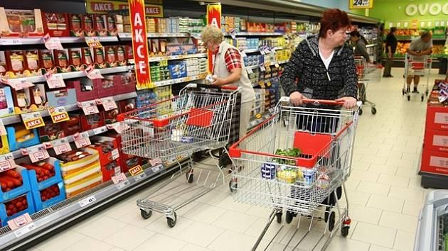 Kolony se čekají hlavně u Stop Shopu. Vrchol nákupní horečky se blíží