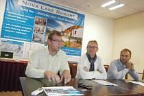 Trojice lákající do Nové Pece zasedla u jednoho stolu: (zleva) Jakub Koželuh, Adrianus Coolbergen a Martin Řezáč.