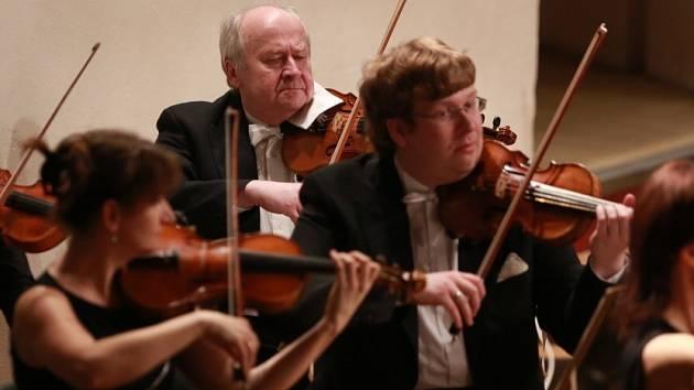 Houslista Vítězslav Ochman (vpravo), syn bývalého ředitele Jihočeské komorní filharmonie Vlastimila Ochmana (vzadu), nastoupí v říjnu 2014 do České filharmonie. Zvítězil v konkursu.