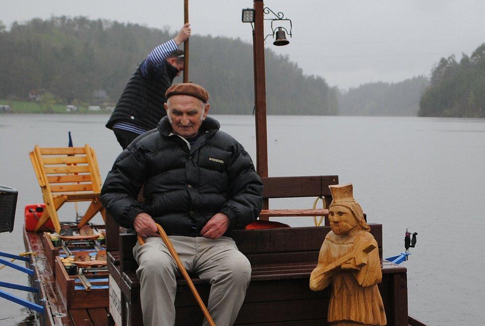 Po stopách vltavských plavců 2021. Letošní ročník, který se jede na voru a odstartoval na Purkarci, je věnovaný 300. výročí blahořečení patrona všech plavců a lidí od vody, sv. Jana Nepomuckého.