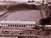 Stadion Rudé hvězdy na Pražském předměstí v Českých Budějovic v roce 1970, v popředí nová tělocvična.
