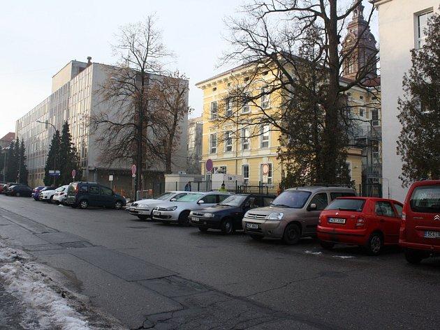 Hlavní vjezd do dolního areálu českobudějovické nemocnice (na snímku) na čas uzavře rekonstrukce ulice Generála Svobody. Přístup ale bude zajištěn dalšími vjezdy