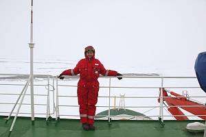 Mladá vědkyně Olga Flegontova z českobudějovického Biologickégo centra Akademie věd České republiky při plavbě v Antarktidě.