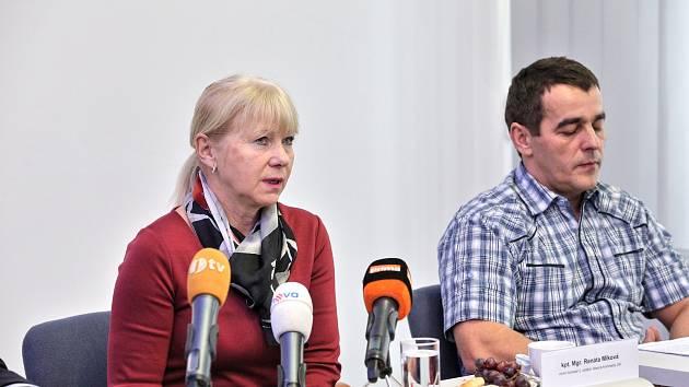 Vrahy obviněné z dvojnásobné vraždy manželů v Dobšicích zadrželi policisté v Rumunsku a předali je jihočeským policistům. Na snímku vyšetřovatelé Renáta Miková a Oto Šojsl.