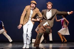 Jihočeské divadlo uvádí adaptaci slavného muzikálu Zpívání v dešti. U publika má úspěch, obdiv budí mj. stepařská čísla. Na snímku Jan Kříž a Jan Révai.