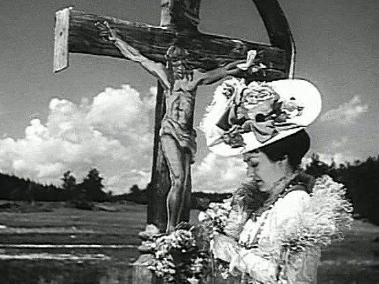 Zpěvačka klade květiny ke kříži. Kde byl záběr natočen?