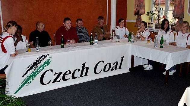 TISKOVKA. Na snímku zleva Zora Jilečková, Meixandra Porter, Tomáš Böhm (vedoucí mužstva), Eduard Gaisler (generální manažer), Miloš Balák (prezident klubu), Ivan Beneš (trenér), Dagmar Chlebovcová, Zuzana Mračnová, Edita Šujanová a Lucie Košatková.