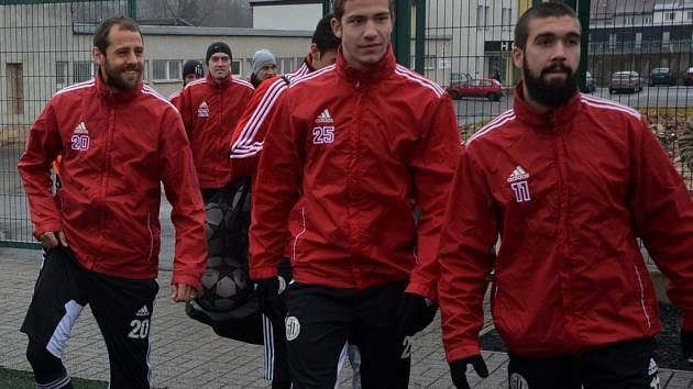 Fotbalisté Dynama na píseckém soustředění: zleva Herzán, Kadula a slovenský záložník Goran Antunovič, jehož testování už ale bylo ukončeno.