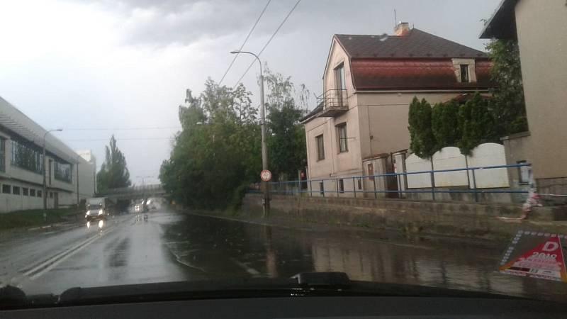 V Budějovicích na Pražské u Budvaru nestíhá voda odtékat kanály, na silnici se tvoří jezero.