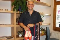 Ředitel jihočeských hasičů Lubomír Bureš už podruhé přispěl částí svého šatníku na hendikepované a sociálně vyčleněné děti s výjimečným talentem.