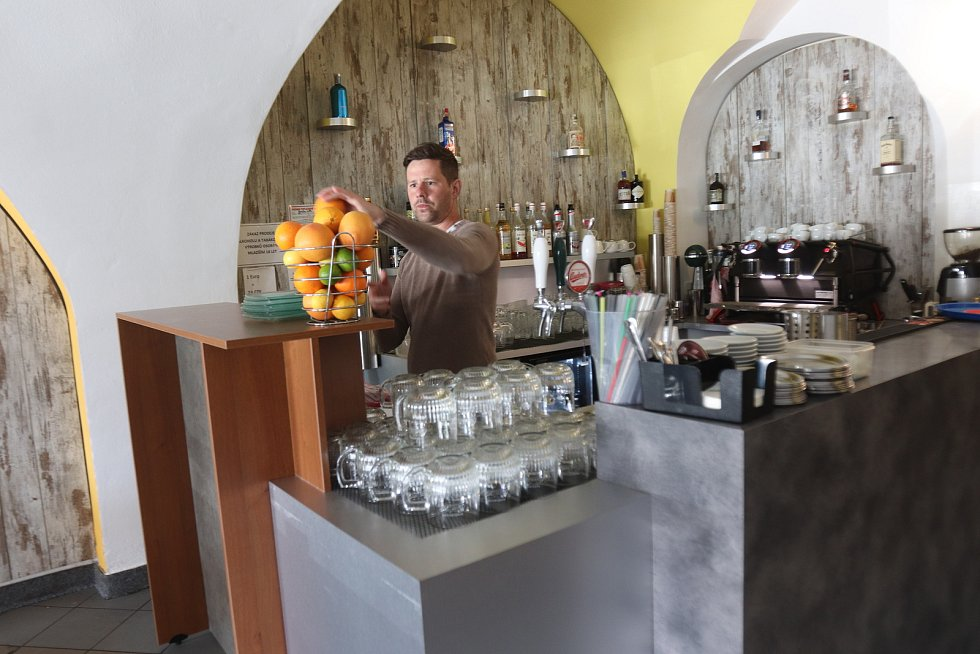 Revolta caffé na náměstí Přemysla Otakara II. v Budějovicích.