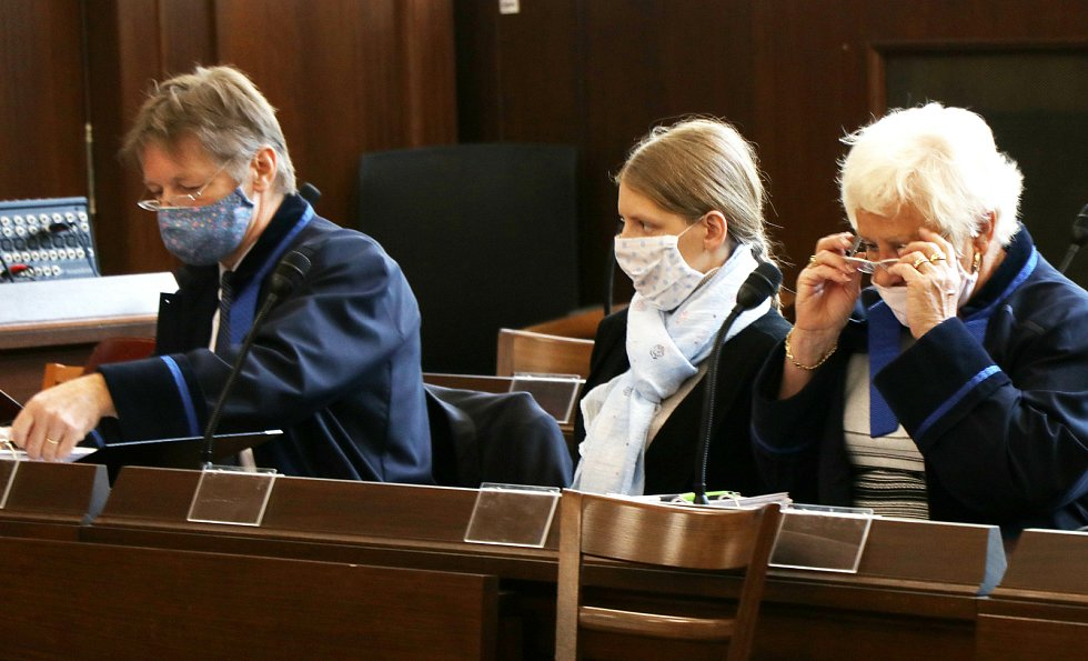 V Českých Budějovicích začal soud se ženou (na snímku se svými obhájci) obviněnou z vraždy syna.