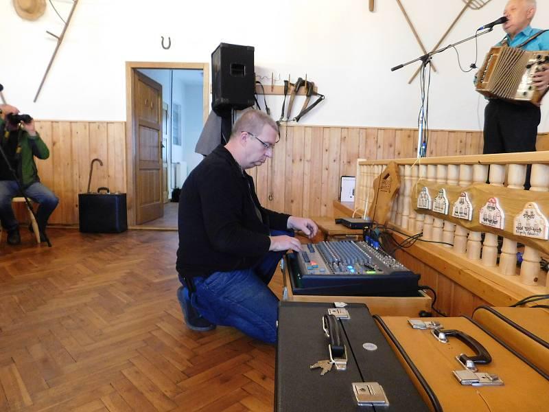 Už po sedmnácté se v sobotu v Holašovicích sešli muzikanti a příznivci heligonek.