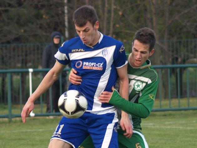 Autora jediného gólu farmy Dynama v zápase v Praze s Meteorem atakuje domácí Matěj Čonka.