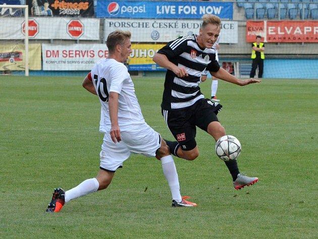 Patrik Čavoš v zápase Dynama s Ústím uniká Peterkovi. V pátek hraje Dynamo doma s Frýdkem-Místkem.
