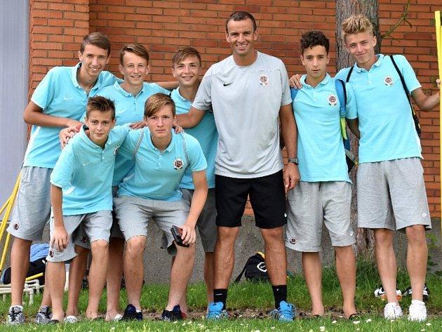 Erich Brabec v Třeboni se svými svěřenci ze sedmnáctky Sparty.