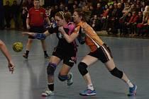 ZÁPAL. Takto bojovala písecká Kateřina Vrabcová (vlevo) o míč s mosteckou Kateřinou Dvořákovou.