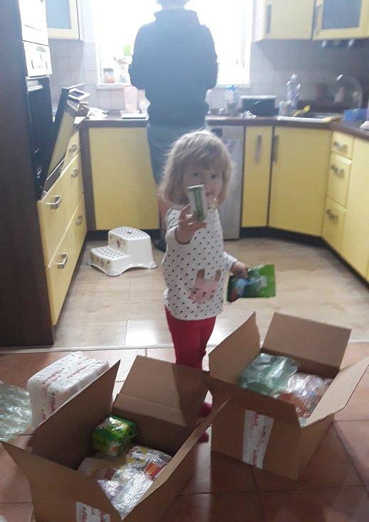 Velká radost z balíků s potravinami, drogerií a dalšími věcmi.