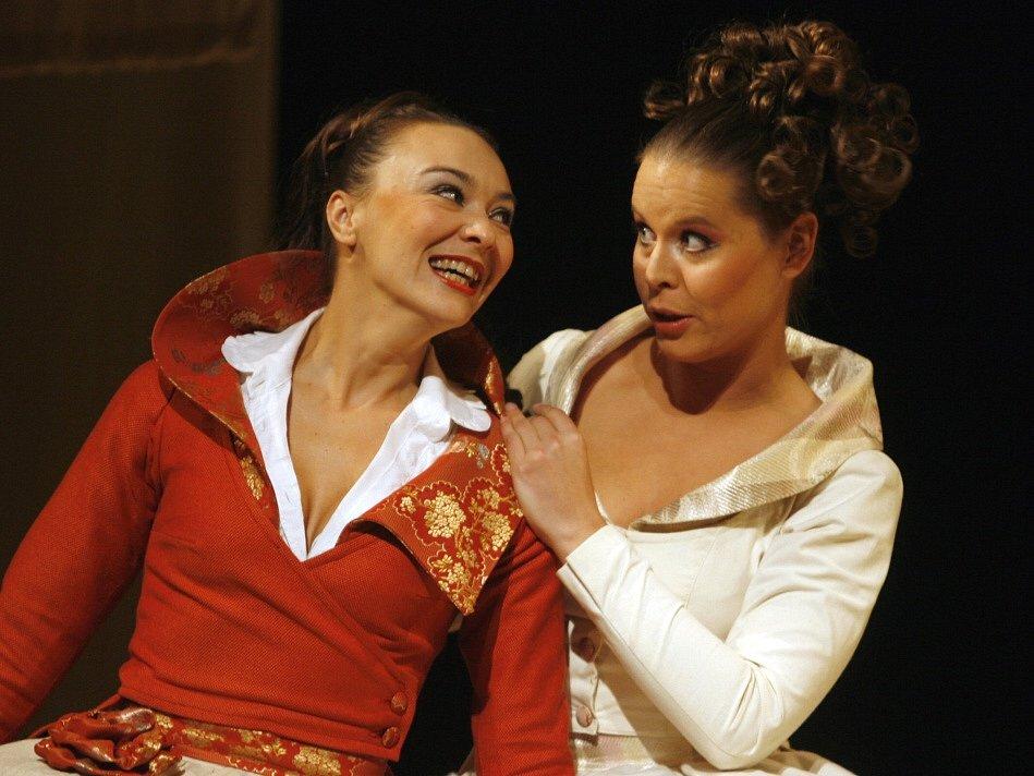 Herečka Lenka Krčková jako Beatrice v komedii Mnoho povyku pro nic, Jihočeské divadlo, 2008.