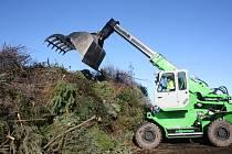 S horami bioodpadu se po svátcích musí vypořádat i České Budějovice. Společnost .A.S.A. tu už svezla 15 tun vánočních stromků.