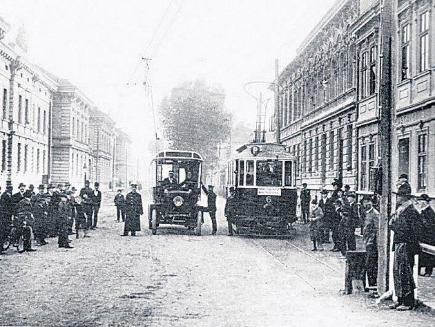 Tramvaj a první trolejbus zřejmě  v říjnu roku 1909  u dělostřeleckých kasáren.