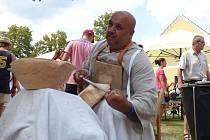 Proces výroby dřevěné misky ukazoval na Selských slavnostech v Holašovicích Martin Kanáloš, který sem přijel ze Slovenska.