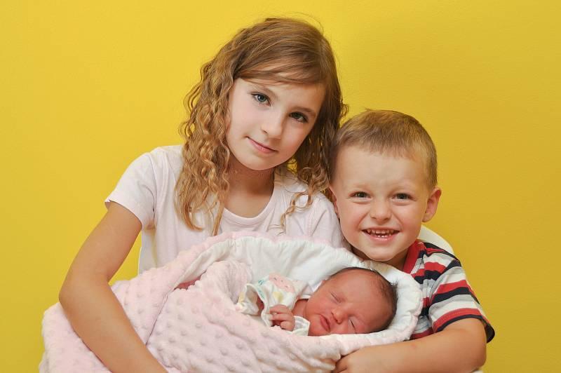Sofie Sudová ze Strakonic. Sourozenci Oliver (3) a Nikolka (7) se radují z narození sestřičky, která přišla na svět 4. 9. 2021 v 7.15 hodin. Její porodní váha byla 2900 g.