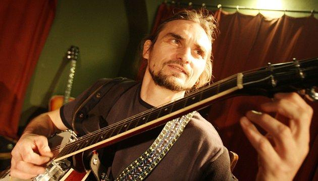 Ve Vesnickém hudebním klubu Václava Koubka vChotěmicích na Táborsku zahraje iTraband, na snímku Jarda Svoboda.