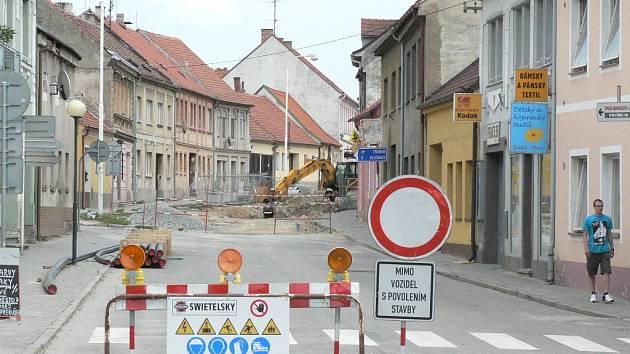 Rekonstrukce ulice Nové město (na snímku) v Trhových Svinech začala v roce 2011. Řidičům se komunikace otevře o prázdninách 2012.