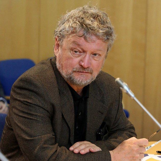 Jako náměstek hejtmanky působí Zdeněk Dvořák čtyři měsíce. Pětadvacet let strávil jako ředitel Biskupského gymnázia J. N. Neumanna a Církevní ZŠ vČeských Budějovicích.