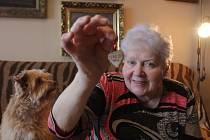 Alena Popperová (83) zažila jako malá hrůzy nacismu. Paměti jejího muže inspirovaly novou hru Jihočeského divadla Archa naděje. Srdce po mamince, která přežila koncentrák v Terezíně, schraňuje Alena Popperová dodnes jako vzácnost.