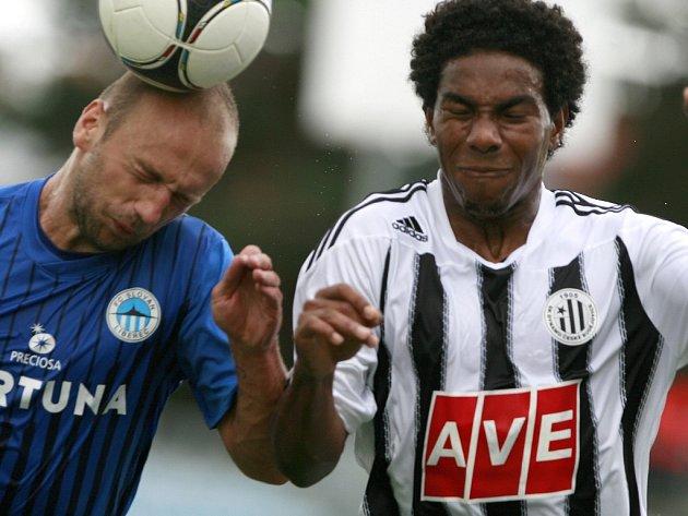 Brazilec Sandro v souboji s libereckým Milošem Karišikem.