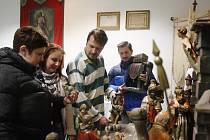 Přípravy výstavy betlémů ve Schwarzenberského špitálu v Lišově vrcholí, už od pátka zde lidé budou moci obdivovat desítky betlémů různých velikostí. Na fotografii zleva Marie Vidiečanová, Markéta Dvořáková, Petr Tomek a Karel Krafka.