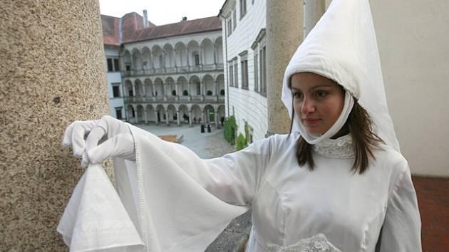 Bílá paní v Jindřichově Hradci upustí kapesníček.
