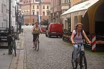 V Budějovicích se cyklistice daří především proto, že jsou zde ideální podmínky z hlediska rovinatého terénu. Na cyklopruh na silnici či povolený vjezd do jednosměrky však kolaři čekají marně.