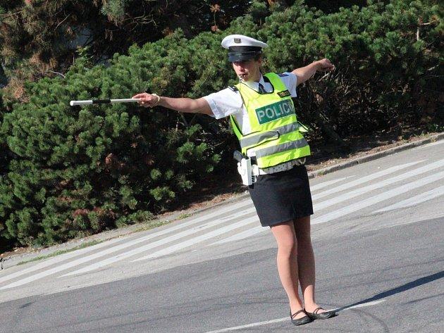 """Sára Nováková slouží u dopravní policie pět let. """"Tady v Budějovicích je problém v tom, že řidiči ani chodci neuposlechnou naše pokyny. Bývá dost náročné to ukočírovat,"""" říká."""