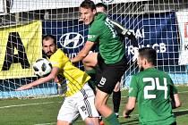 David Ledecký to nemá snadné (takto ho atakoval sokolovský Ševčík), ale Hradci na podzim dal tři góly. Uspěje i v páteční odvetě?