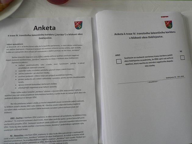 Evropské volby spojili ivsobotu vDobřejovicích, které patří pod Hosín, sanketním hlasováním oplánovaném železničním koridoru.