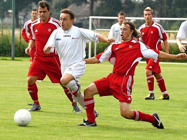 Bavorovický Jakš v sobotním zápase 2. kola Poháru JčKFS uniká dříteňskému Kovaříkovi. Fotbalisté favorizovaného Marineru Bavorovice po remíze 3:3 postoupili až na penalty.