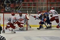 Autor prvního extraligového gólu Motoru Karel Plášil (v modrém) se statečně pere s přesilou hráčů Hradce Králové.