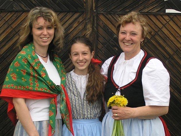 Po mamince Libuši Fošumové převzala Dětský folklórní soubor Bárováček dcera Lenka. Na snímku stojí i její dcera, taktéž Lenka, která je také členkou souboru.