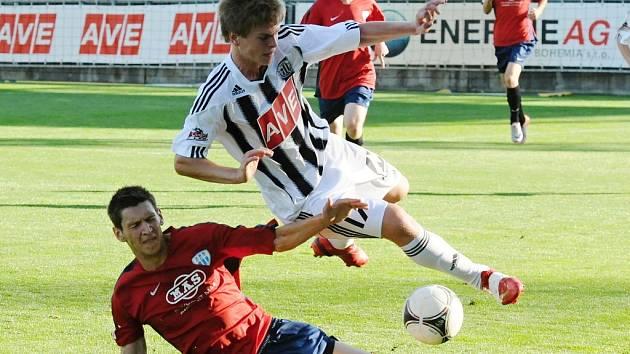Temuri Bukiya při juniorském derby Dynama s Táborskem (1:1) padá přes hostujícího Jana Tenkla.